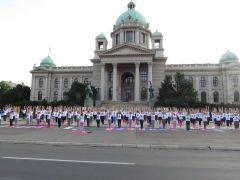 Pozdrav Suncu ispred Narodne skupštine Srbije